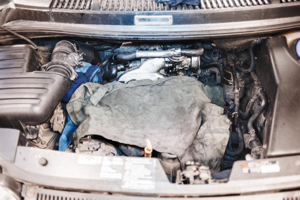 Прикрываем двигатель безворсовым полотном