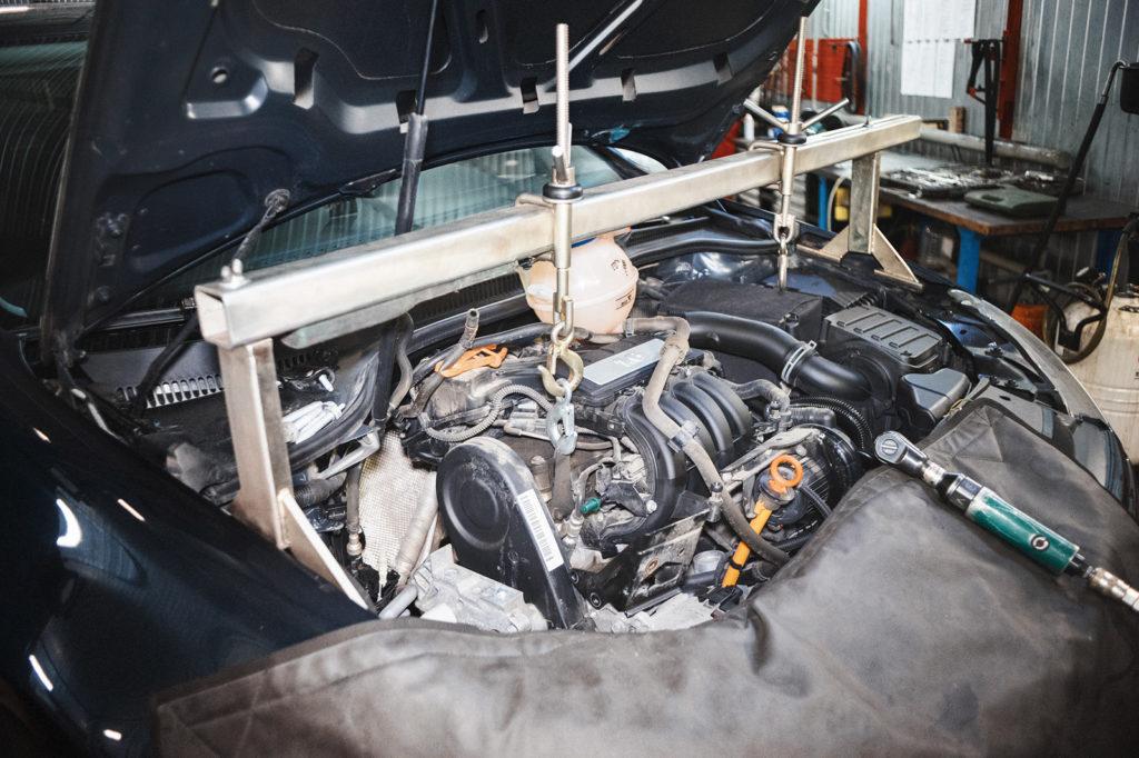 Устанавливаем траверсу для вывешивания двигателя Фольксваген Гольф
