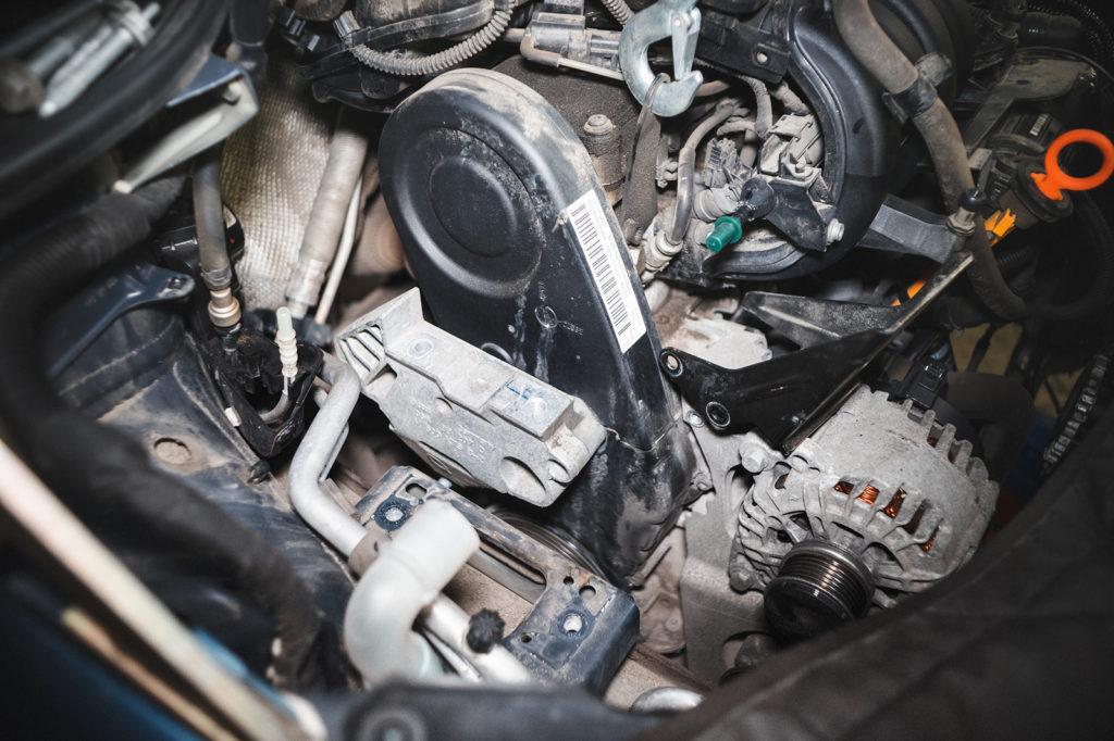 Сняли опор двигателя Фольксваген Гольф. На очереди кронштейн опоры двигателя