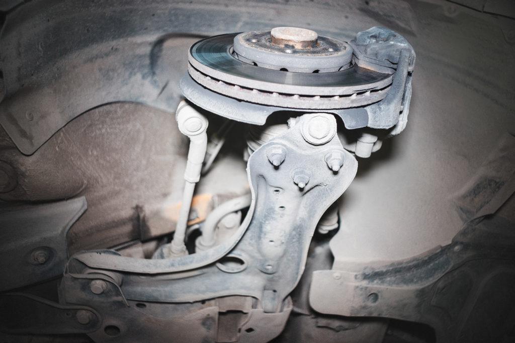 Для замены сайлентблоков нужно снять рыгач опоры колеса