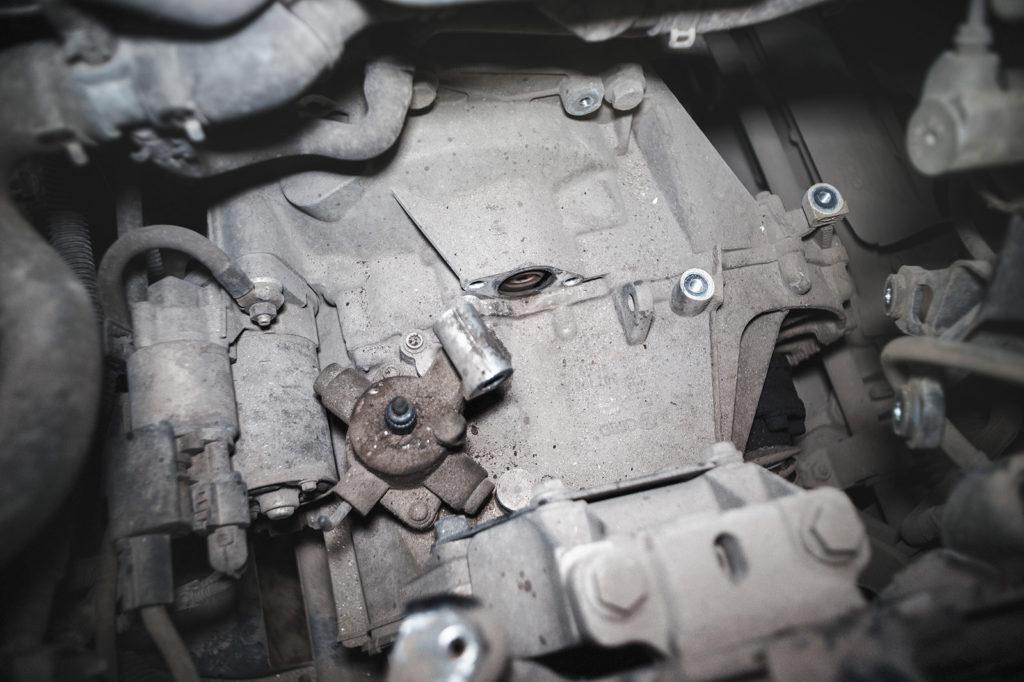 Демонтируем дроссель переключения передач и гидравлический цилиндр сцепления Шкода Октавия