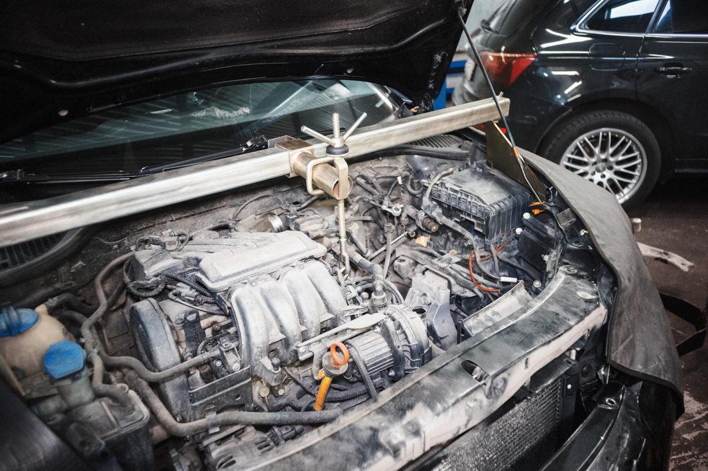 Вывешиваем двигатель Шкода Октавия А5 на траверсе