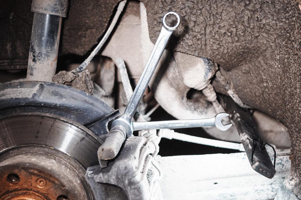 Снимаем сппорт тормозного механизма