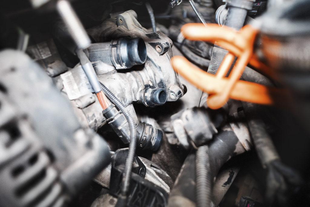 Отключаем датчики и патрубки на корпусе термостата Ауди А4