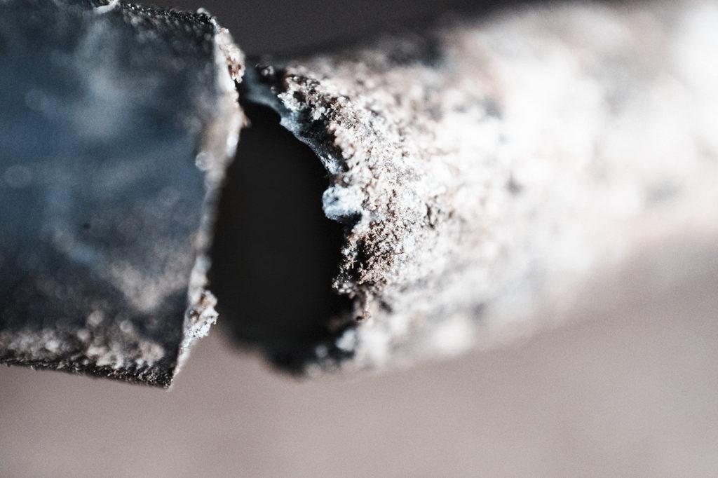 Не всякая трубка выдержит давление изнутри и агрессивную среду снаружи